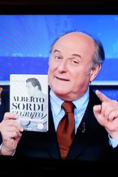 Gerry Scotti, a Striscia la Notizia su Canale 5, ha presentato il libro Alberto Sordi segreto