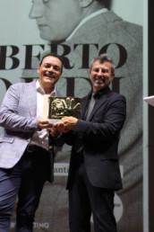 Igor Righetti premia il fotografo delle star Alessandro Canestrelli.